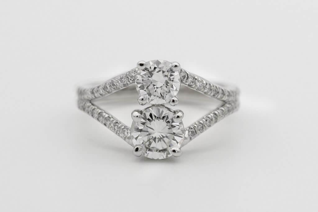 Round cut two diamonds split shank - The VS Diamond Clarity Grade